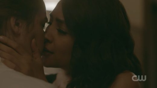 legacies_s01e06, lesbian kiss